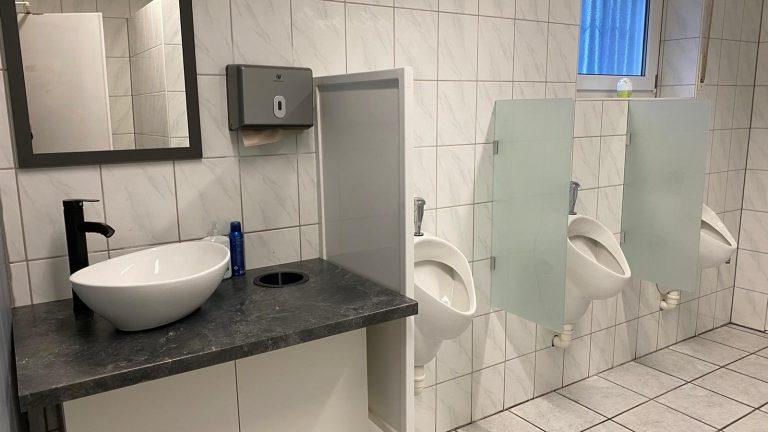 Das Herren WC ist modernisiert