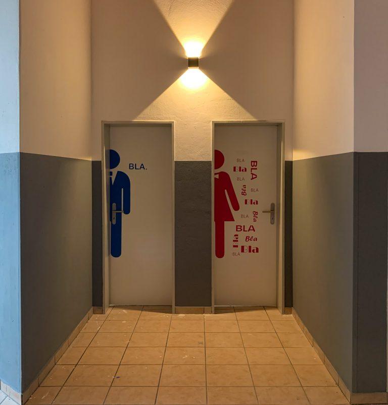 Die WC- Türen haben coole Tattoos erhalten
